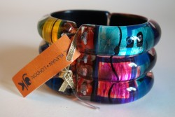 Rainbow ribbed hinged bangle